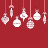 在红色背景的圣诞节装饰中看不中用的物品 免版税库存照片