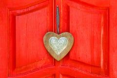 在红色背景的心脏 免版税库存照片