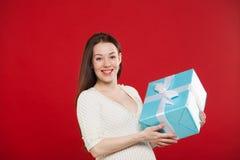 在红色背景的怀孕圣诞节 免版税库存图片