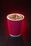 在红色背景的惊人的咖啡杯 免版税库存图片