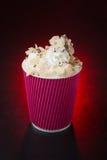 在红色背景的惊人的咖啡杯 免版税库存照片