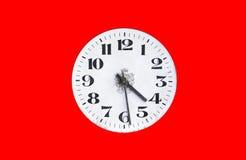 在红色背景的拨号盘手表 时钟表盘老葡萄酒 库存图片