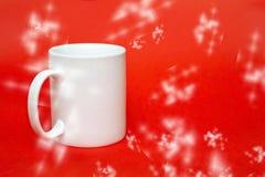在红色背景的白色杯子 复制写的空间 被隔绝的白色玻璃 免版税库存照片
