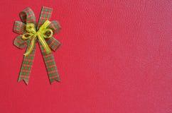 在红色背景的礼品弓 免版税库存图片