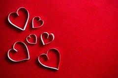 在红色背景的纸心脏礼物的在情人节 免版税图库摄影