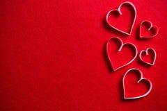 在红色背景的纸心脏礼物的在情人节 免版税库存图片