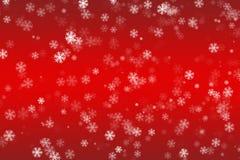 在红色背景的落的雪花 库存照片