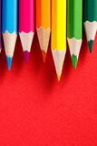 在红色背景的行的色的铅笔 库存照片