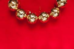 在红色背景的金黄球与文本的地方 免版税库存图片