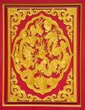 在红色背景的金龙 免版税库存图片
