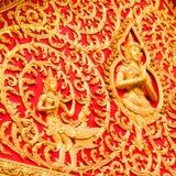 在红色背景的金黄budha 免版税库存照片