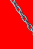 在红色背景的链子 免版税库存图片