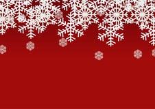 在红色背景的雪剥落;圣诞节季节假日模板设计;愉快的庆祝装饰 免版税库存图片