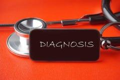 在红色背景的黑听诊器 免版税库存图片