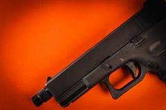 在红色背景的黑手枪 免版税图库摄影
