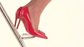 在红色脚跟鞋子的脚 股票视频