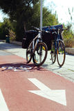 在红色自行车道路的两辆自行车 免版税库存图片