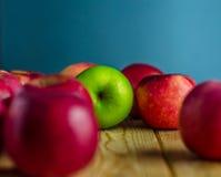 在红色苹果之中的绿色苹果 免版税库存照片