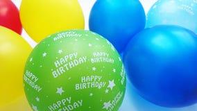 在红色蓝色黄色苹果绿的五颜六色的与生日快乐文本的气球和绿松石 免版税库存照片