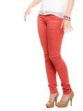 在红色裤子和米黄高跟鞋的性感的女性腿 库存图片