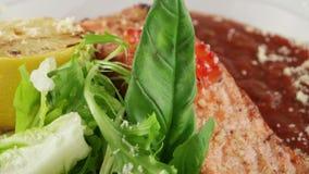 在红色西红柿酱的三文鱼用鱼子酱 影视素材