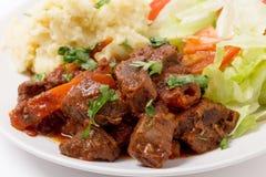 在红色调味汁的希腊牛肉 免版税库存照片