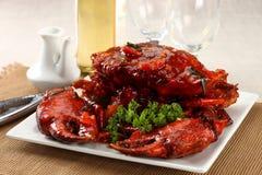 在红色调味汁的整个螃蟹 免版税库存图片