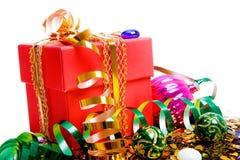 在红色配件箱的圣诞节礼品 库存照片