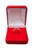 在红色配件箱的婚戒 图库摄影