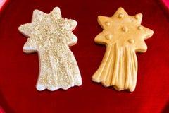 在红色金属片的两个圣诞节星 图库摄影