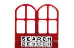 在红色门框的查寻文本 库存图片