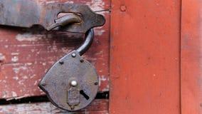在红色门的背景的古老城堡 免版税图库摄影