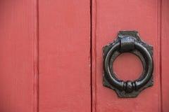 在红色门的铁doorknocker 库存图片