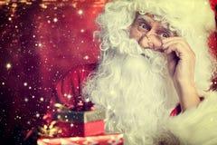 在红色隔绝的圣诞老人饮用的茶特写镜头画象 库存照片