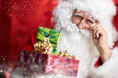 在红色隔绝的圣诞老人饮用的茶特写镜头画象 库存图片
