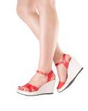 在红色鞋子的性感的妇女行程 免版税库存图片