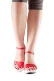 在红色鞋子的性感的妇女行程 库存照片