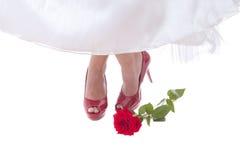 在红色鞋子的新娘英尺与上升了 免版税库存图片