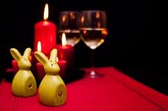 在红色食物静物画的复活节酒 库存照片