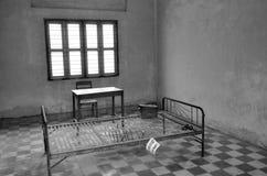 在红色高棉高中S-21拷打床 免版税库存图片
