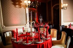 在红色,白色和黑哥特式样式的服务的桌 库存照片