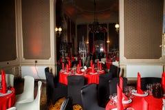 在红色,白色和黑哥特式样式的服务的桌 免版税图库摄影