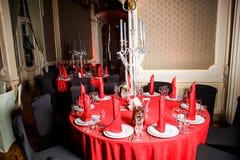 在红色,白色和黑哥特式样式的服务的桌 库存图片