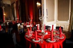 在红色,白色和黑哥特式样式的服务的桌 免版税库存照片
