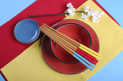 在红色,蓝色和黄色的现代日本东方餐位餐具-天线 免版税库存照片