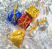 在红色,蓝色,银色和金礼品包装材料的圣诞节礼物 贺卡或横幅模板的季节性照片 免版税库存照片