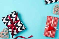 在红色,黑白纸包裹的礼物盒用糖果 库存照片