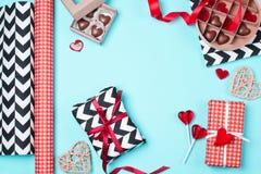 在红色,黑白纸包裹的礼物盒用糖果 库存图片