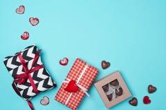 在红色,黑白纸包裹的礼物盒用糖果 免版税库存图片