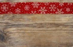 在红色织品的金黄圣诞节星 库存照片
